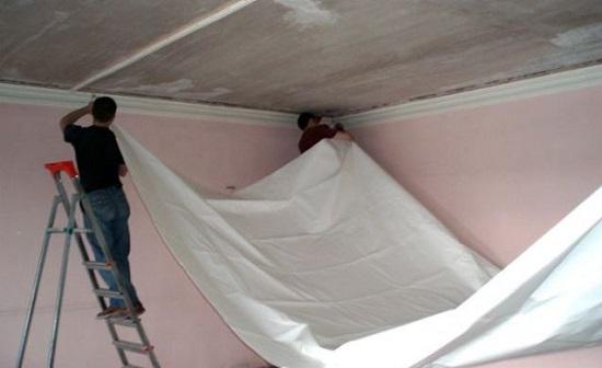 Установка натяжного потолка во время ремонта спальни