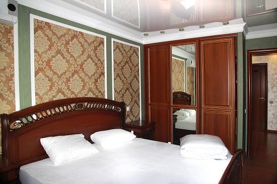 Кровать с резным изголовьем в спальне