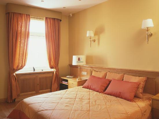Комбинирование желтого и терракотового оттенков в интерьере спальни