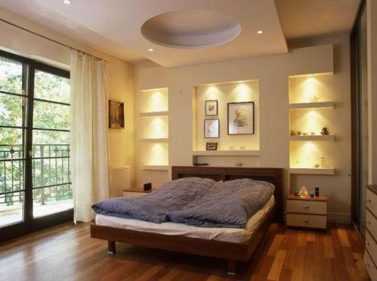Полки из гипсокартона с подсветкой в оформлении спальни
