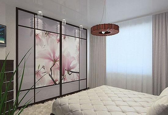Оформление стеклянных дверей встроенного шкафа спальни фотопечатью