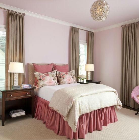 Розовый текстиль в спальне со светло-сиреневой отделкой стен