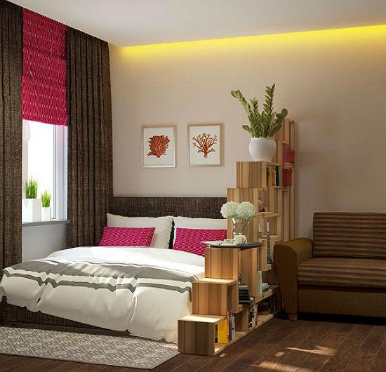 Оригинальная перегородка в виде лестницы для зонирования гостиной-спальни