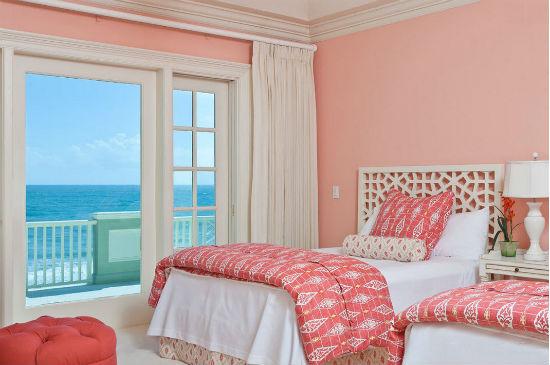 Однотонные стены персикового цвета в розовой спальне