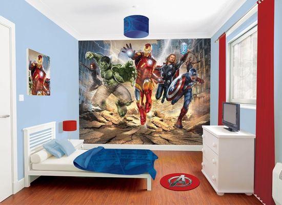 Художественное оформление стены спальни мальчика персонажами комиксов