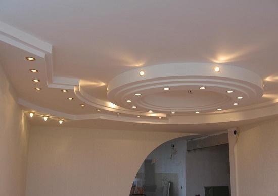 Подвесной многоуровневый потолок с точечным освещением в спальне