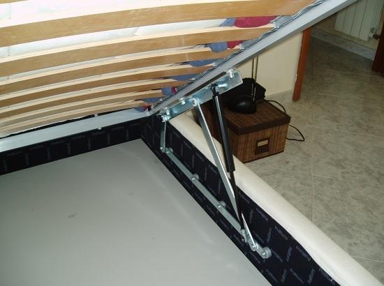 Установка в спальне ортопедической кровати с подъемным механизмом