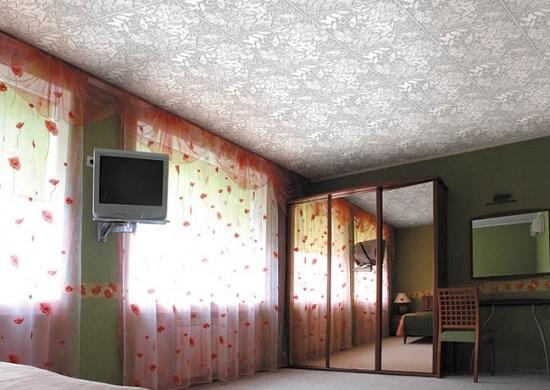 Потолок из полистирольных плит в спальне