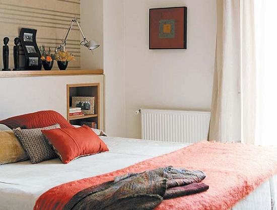 Установка полок у изголовья кровати в малогабаритной спальне
