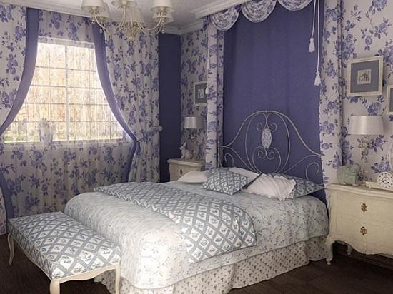 Кровать с изголовьем из металла в красивой спальне прованс