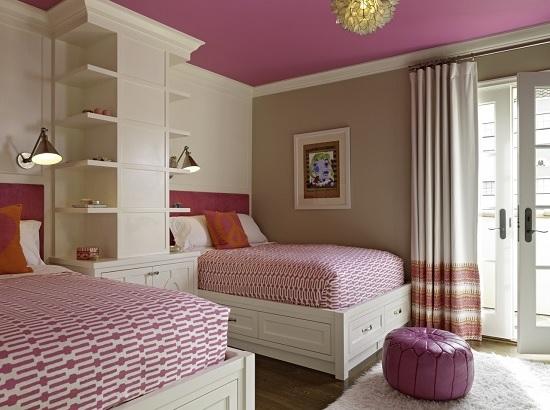 Однотонный потолок темно-розового цвета в спальне