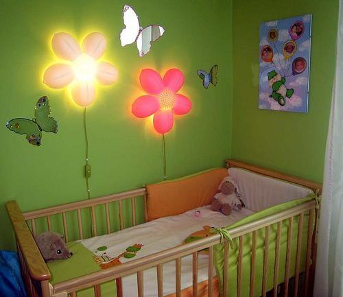 Оригинальные светильники-цветы в комнате для маленького мальчика