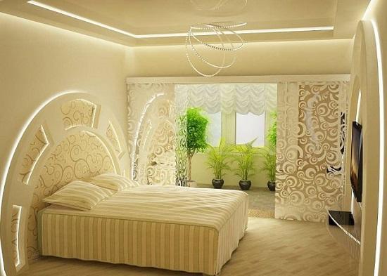 Красивая отделка стены спальни у изголовья кровати гипсокартоном