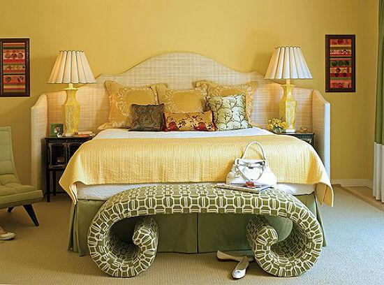 Сочетание желтой отделки стен и мебели фисташкового цвета