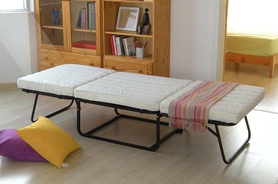 Усовершенствованная раскладушка-кровать в спальне