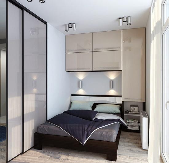Встроенный шкаф с навесными шкафами в малогабаритной спальне