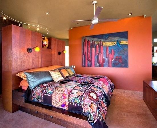 Теплые тона в отделке стен большой спальни