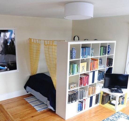 Зонирование малогабаритной спальни при помощи стеллажного шкафа