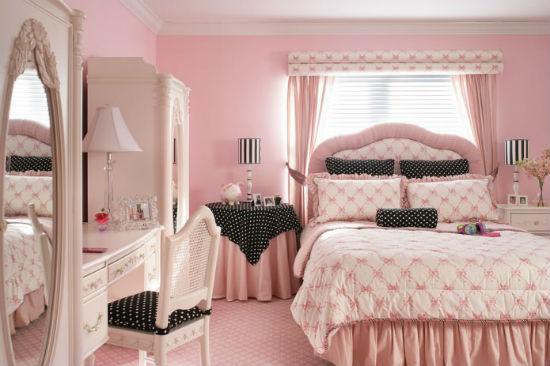Уютная спальня с мебелью и отделкой стен розового цвета
