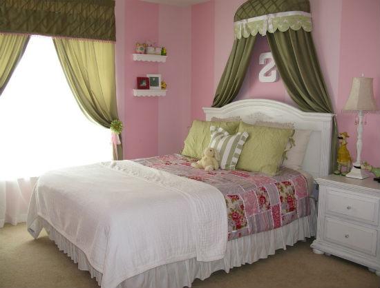 Шторы оливкового цвета в розовой спальне