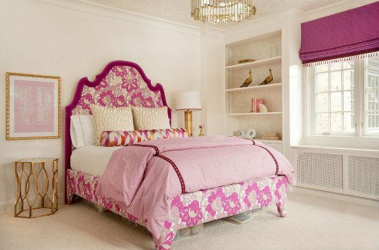 Серая отделка спальни с розовой кроватью и шторами