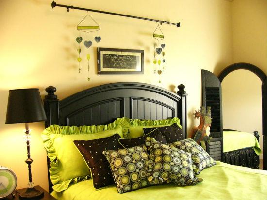 Контраст между желтой отделкой стен и черной мебелью в спальне