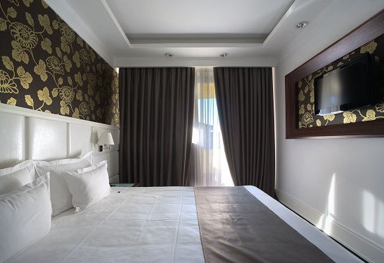 Маленькая спальня с установкой телевизора на стене