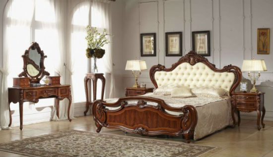 Изящная резная мебель из дерева в интерьере спальни