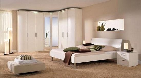 Большой угловой шкаф с зеркальными дверцами в спальне