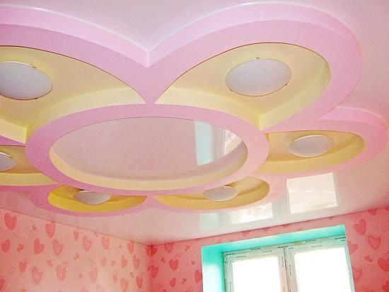 Разноуровневый фигурный потолок натяжной конструкции в детской спальне