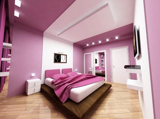 Фиолетовая спальня с зонирующей вставкой белого цвета в отделке