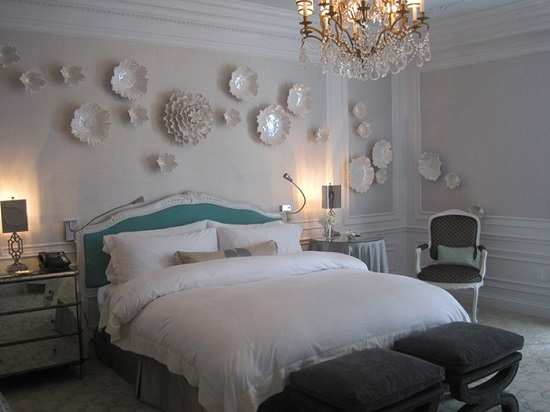 Использование для освещения спальни красивой люстры из хрусталя