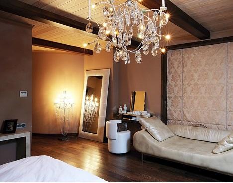 Потолочная люстра и напольный светильник из хрусталя в освещении спальни