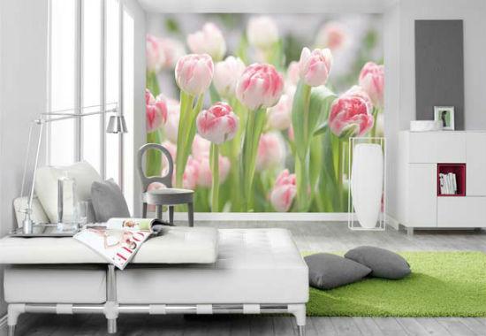 Нежные фотообои с макросъемкой розовых цветов в серой спальне