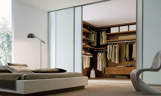 Глубокий шкаф-гардеробная в спальне