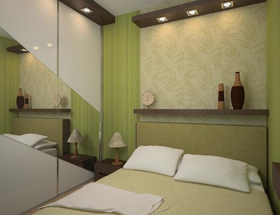 Узкая спальня с встроенным зеркальным шкафом купе