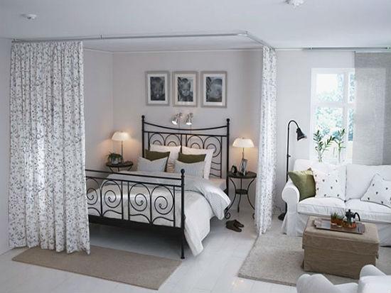Шторы на потолочных карнизах для отделения зоны отдыха в спальне-гостиной