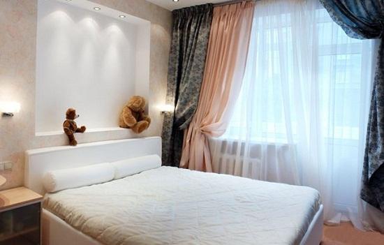 Двухцветные ночные шторы на окне маленькой спальни