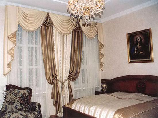 Классические итальянские шторы в оформлении окна спальни