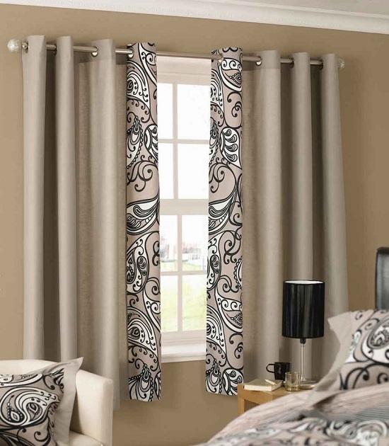 Красивое оформление окна спальни шторами на люверсах
