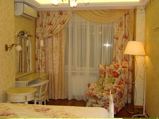 Красивые двойные шторы в интерьере спальни прованс