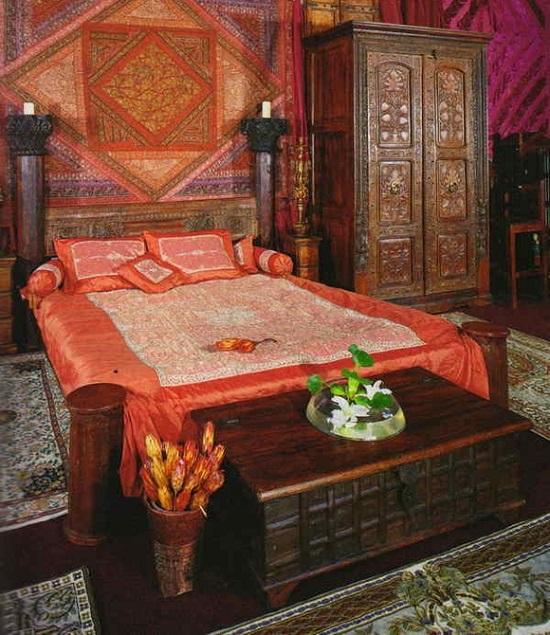 Красивая спальня с ярой отделкой стен в этно стиле