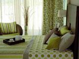 Природные зеленые оттенки в оформлении спальни