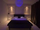 Люстра с неоновым светом в спальне