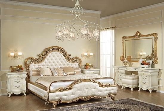 Бежевая отделка и позолота в интерьере классической спальни