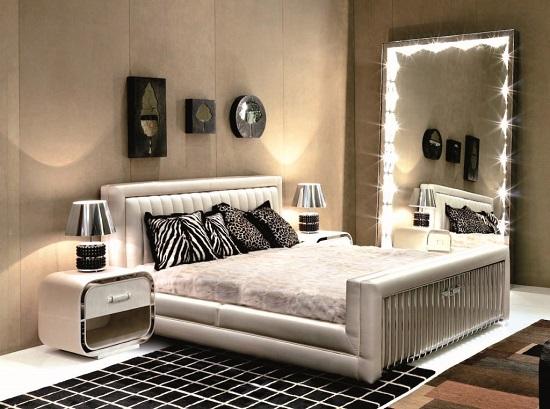 Напольное зеркало с подсветкой в спальне
