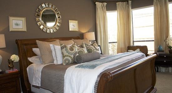 Оригинальное круглое зеркало над кроватью в спальне