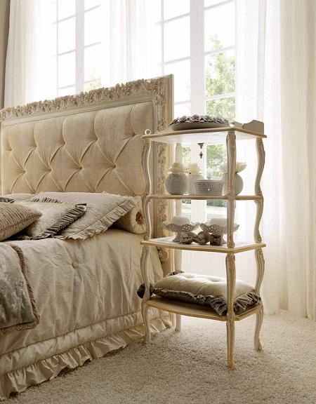 Этажерка в классическом стиле с полочками у кровати в спальне