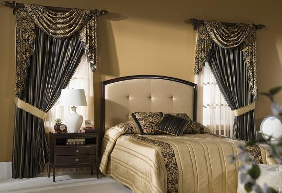 Плотные классические шторы в декоре окон спальни