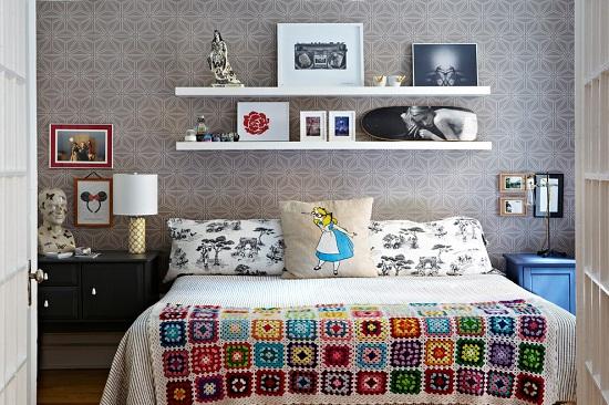Расположение подвесных полок над кроватью в спальне
